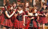 『AKB48単独リクエストアワー セットリストベスト100 2016』2日日昼公演 高橋みなみ(前列右)にツッコミを入れる横山由依(前列中) (C)ORICON NewS inc.