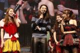 小林香菜(左)の卒業発表を聞き、会場に駆けつけた秋元才加(中央)(C)AKS
