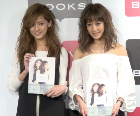 E-girls藤井萩花(左)・藤井夏恋(右) (C)ORICON NewS inc.