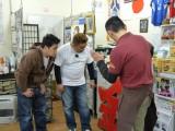 津波後に発見された金華楼の「金」の看板を前に(左から)富澤たけし、伊達みきお、鈴木康仁さん(C)TBC