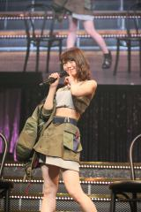 CMのポーズで曲紹介する峯岸みなみ=『AKB48グループ リクエストアワー セットリストベスト100 2016』の模様  (C)AKS