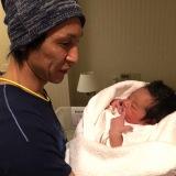 生まれたばかりの我が子を抱く葛西紀明選手(写真提供=葛西紀明オフィシャルブログより)