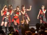 小谷の卒業公演にAKB48に移籍した同期の小笠原茉由(右端)も駆けつけた (C)NMB48