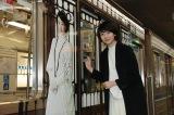 大阪市営地下鉄四つ橋線で運行中の連続テレビ小説『あさが来た』ラッピング電車にサインを入れる波瑠(C)NHK