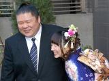 ラブラブな2人=結婚会見を行った安治川親方&小泉エリ (C)ORICON NewS inc.