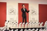50体のニッパーに囲まれ嬉しそうに熱唱する演歌歌手・山内惠介 (C)oricon ME inc.