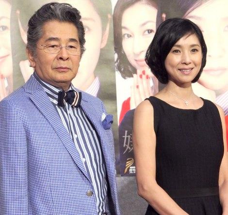 黒木瞳(右)が出演者にプレゼントした宝くじは「当たりませんでした」と報告した古谷一行=ドラマ『嫌な女』試写会 (C)ORICON NewS inc.