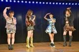 山田菜々美(左から3人目)の独自なりアクションに反応する先輩メンバーたち(10日=AKB48劇場) (C)ORICON NewS inc.