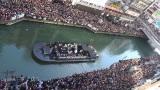 川沿い&えびす橋は聴衆で埋め尽くされた(11日・道頓堀リバーウォーク)