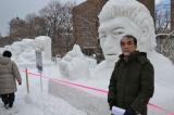 人気投票で1位となった雪像「ルーティン」の前で喜ぶ鈴木さん