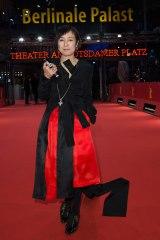 ベルリン映画祭のレッドカーペットに登場した桃井かおり