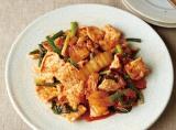 シンプル調理でおいしい食事を作るコツが掲載されたレシピ本『これだけで、ラクうまごはん』(新星出版/税別1200円)より