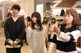 戸部洋子アナ(右)と展示会場を回る坂口健太郎(左)、森川葵(中)(C)フジテレビ