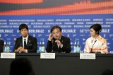 『第66回ベルリン国際映画祭』記者会見に臨んだ(左から)西島秀俊、黒沢清監督、竹内結子(C)2016「クリーピー」製作委員会