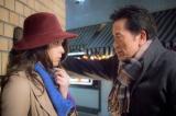 遠藤憲一(右)が中村倫也に壁ドン! ドラマ『お義父さんと呼ばせて』からオフショット公開 (C)関西テレビ
