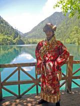 BS朝日『地球紀行』2月20日の放送は「日中共同制作 パンダの故郷美しき九寨溝〜速水もこみち中国・世界遺産の旅〜」。パンダ海でチベット族の衣裳を体験