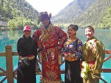 BS朝日『地球紀行』2月20日の放送は「日中共同制作 パンダの故郷美しき九寨溝〜速水もこみち中国・世界遺産の旅〜」。パンダ海でチベット族の女性とチベットの民族衣装を体験