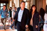映画『インフェルノ』(10月28日公開)イタリア・フィレンツェの名所ウフィツィ美術館の廊下で何かを見つけた?主人公ラングドン教授(トム・ハンクス)と女医シエナ(フェリシティ・ジョーンズ)