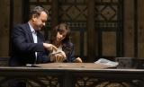 詩人ダンテのデスマスクを手にするラングドン教授と女医シエナ