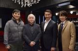 WOWOW『連続ドラマW きんぴか』撮影現場の見学に訪れた原作者の浅田次郎氏(左から2番目)