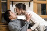 阿部寛にのしかかる天海祐希。初公開された劇中カット(C)2017「恋妻家宮本」製作委員会
