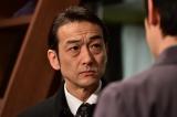 ドラマ『悪党たちは千里を走る』第7話(3月2日放送)より登場する吹越満が、迫力満点の演技でムロツヨシを追い込む(C)TBS