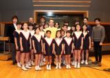 『たいせつなあなたへ』公開レコーディングに指揮者として参加した新垣隆氏(中央)、オペラユニット・レジェンド(後方)、ひばり児童合唱団