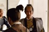 NHK大河ドラマ『真田丸』第8回「調略」より。昌幸が北条についたと知った景勝、兼続(村上新悟)は…(C)NHK