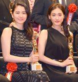 『第70回毎日映画コンクール』表彰式に出席した(左から)長澤まさみ、綾瀬はるか (C)ORICON NewS inc.