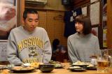 理沙(松井玲奈)が隣に座りフリーズしてしまう賢治(柄本時生)(C)NHK