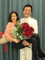 蓮佛美沙子の25歳の誕生日をお姫様抱っこで祝福した遠藤憲一(C)関西テレビ