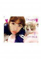 愛猫との2ショット(『たかみな撮!AKB48卒業フォト日記「写りな、写りな」』より)