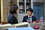 吉田羊(左)が勤務する法律事務所のルーキー弁護士を演じる中村蒼