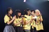 渡邊璃生(中央)の誕生日を祝ったベイビーレイズJAPAN
