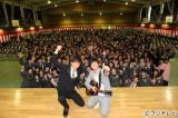 都立日野高校の卒業式でサプライズ歌唱した藤巻亮太
