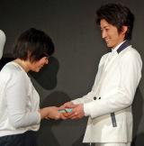 映画『僕だけがいない街』公開直前イベントでファンにチョコを手渡しする藤原竜也 (C)ORICON NewS inc.