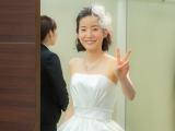 別ショット 純白ドレスでピース(C)関西テレビ
