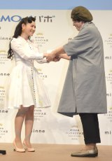 『minne ハンドメイド大賞 2016』授賞式(左から)篠原ともえ、MOLA yasuyo氏 (C)ORICON NewS inc.