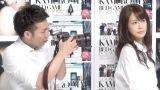 ピース・綾部祐二(左)が神室舞衣(右)の写真集でカメラマンデビュー (C)ORICON NewS inc.