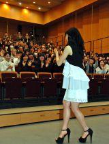同級生を見つけ、うれしそうに手を振る土屋太鳳 (C)ORICON NewS inc.