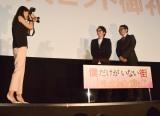 映画『僕だけがいない街』大ヒット記念舞台あいさつでカメラマンに挑戦した有村架純 (C)ORICON NewS inc.