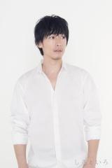 白シャツを着たディーン・フジオカの写真に漫画家・桜田雛氏が作品を重ねた
