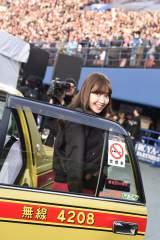 横浜スタジアム公演に10分遅れてタクシーで乗り付けた小嶋陽菜 (C)AKS