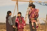 4月6日放送、第3回。「世間的には価値がなくても、とと(父)にとっては三人が力を合わせた傑作だから」という竹蔵の言葉に常子たちはうれしくなる(C)NHK