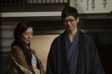 4月6日放送、第3回。3姉妹の寝顔を見る竹蔵(西島秀俊)と君子(木村多江)(C)NHK