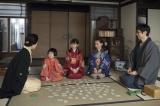 4月7日放送、第4回。家族で百人一首を楽しむ(C)NHK