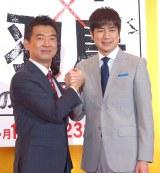 がっりち手を組む(左から)橋下徹氏、羽鳥慎一アナウンサー (C)ORICON NewS inc.