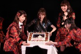25歳の誕生日を迎えたたかみなの生誕祭も行われた(左から峯岸みなみ、高橋みなみ、小嶋陽菜、横山由依)(C)AKS