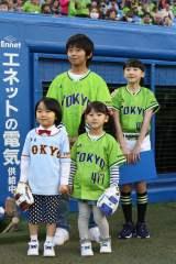 「ヤクルト×巨人戦」の始球式に登場した(後列左から)加藤清史郎、芦田愛菜、(前列左から)寺田心、松田芹香