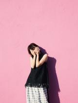 ファッションフォトブック『13』(宝島社)を発売する鈴木えみ(誌面カットより)